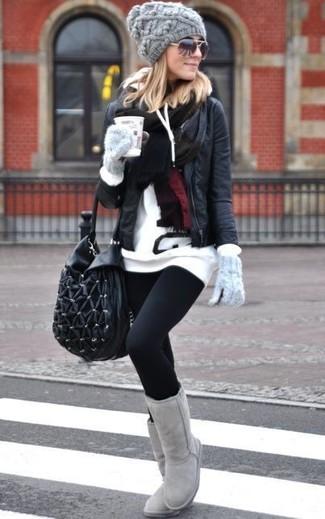 Die Paarung aus einer schwarzen Lederjacke und schwarzen Leggings ist eine komfortable Wahl, um Besorgungen in der Stadt zu erledigen. Bringen Sie die Dinge durcheinander, indem Sie grauen Ugg Stiefel mit diesem Outfit tragen.