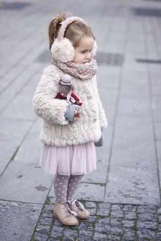 Wie kombinieren: weiße Pelzjacke, rosa Tüllrock, hellbeige Oxford Schuhe, graue Handschuhe