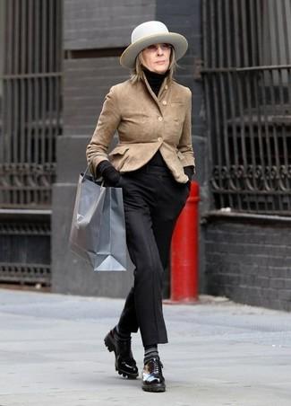 Diane Keaton trägt beige Wildlederjacke, schwarzer Rollkragenpullover, schwarze Anzughose, schwarze Leder Derby Schuhe