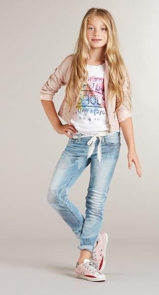 Wie kombinieren: rosa Jacke, weißes bedrucktes T-shirt, hellblaue Jeans, rosa Turnschuhe