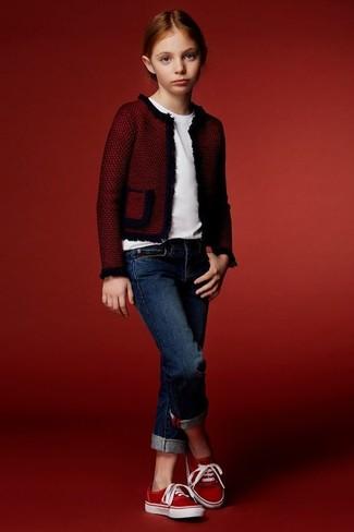 Wie kombinieren: rote Jacke, weißes T-shirt, dunkelblaue Jeans, rote Turnschuhe
