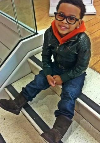 Wie kombinieren: schwarze Lederjacke, orange Pullover mit einer Kapuze, dunkelblaue Jeans, schwarze Ugg Stiefel