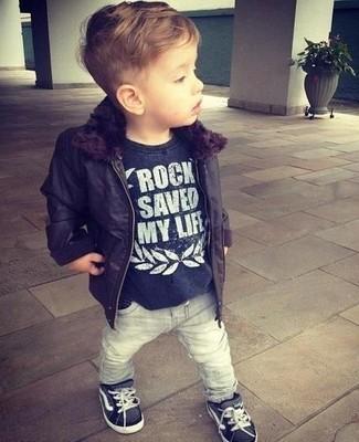 Wie kombinieren: schwarze Jacke, schwarzes T-shirt, graue Jeans, schwarze Turnschuhe