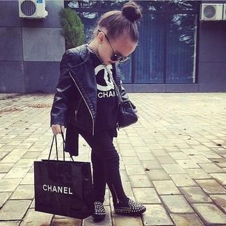 Wie kombinieren: schwarze Lederjacke, schwarzes T-shirt, schwarze Leggings, schwarze Ballerinas