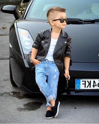 Wie kombinieren: schwarze Lederjacke, weißes T-shirt, blaue Jeans, schwarze Turnschuhe
