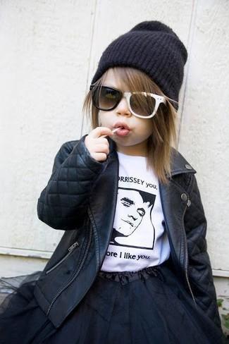 Wie kombinieren: schwarze Lederjacke, weißes und schwarzes T-shirt, schwarzer Tüllrock, schwarze Mütze