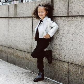 Wie kombinieren: silberne Lederjacke, schwarzes T-shirt, schwarze Hose, schwarze Stiefel