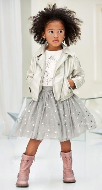 Wie kombinieren: silberne Lederjacke, weißes T-shirt mit Sternenmuster, grauer Rock mit Sternenmuster, rosa Stiefel aus Leder