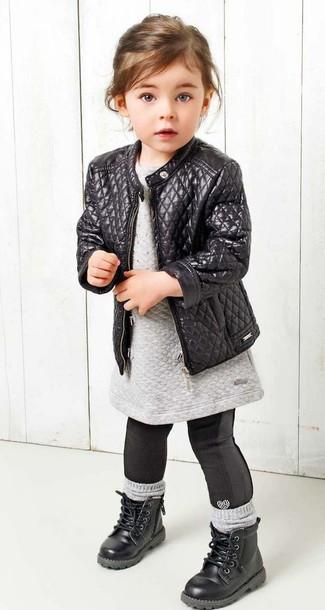 Wie kombinieren: schwarze Lederjacke, graues Sweatkleid, schwarze Leggings, schwarze Stiefel