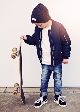 Wie kombinieren: dunkelblaue Jacke, weißes T-shirt, dunkelblaue Jeans, schwarze Turnschuhe