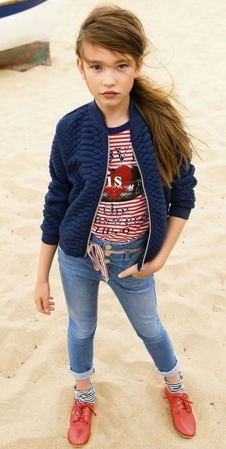 Wie kombinieren: dunkelblaue gesteppte Jacke, weißes und rotes horizontal gestreiftes T-shirt, blaue Jeans, rote Oxford Schuhe
