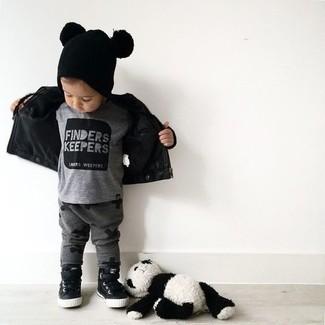 Wie kombinieren: schwarze Lederjacke, graues T-shirt, dunkelgraue Jogginghose, schwarze Turnschuhe