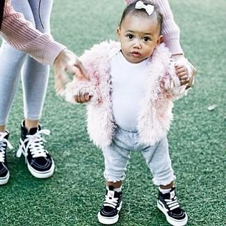 Wie kombinieren: rosa Pelzjacke, weißes T-shirt, graue Jogginghose, schwarze Turnschuhe