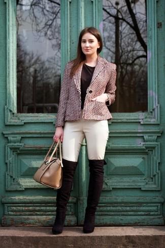 Rosa Tweed Jacke, Schwarzes T-Shirt mit Rundhalsausschnitt, Hellbeige Enge Hose, Schwarze Overknee Stiefel aus Wildleder für Damen