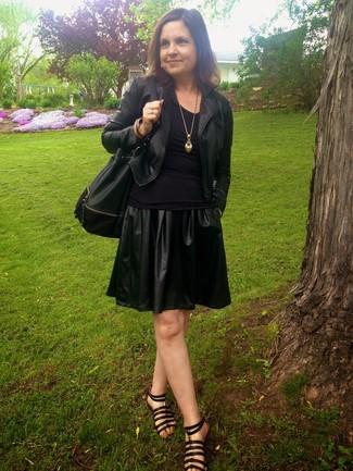 Kombinieren Sie eine schwarze Lederjacke mit einem schwarzen Skaterrock aus Leder, um einen lockeren, aber dennoch stylischen Look zu erhalten. Wenn Sie nicht durch und durch formal auftreten möchten, ergänzen Sie Ihr Outfit mit schwarzen Römersandalen aus Leder.