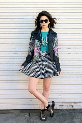 Kombinieren Sie eine schwarze Lederjacke mit Blumenmuster mit einem schwarzen und weißen Skaterrock mit Hahnentritt-Muster, um einen schicken, glamurösen Look zu erhalten. Bringen Sie die Dinge durcheinander, indem Sie silbernen Leder Derby Schuhe mit diesem Outfit tragen.