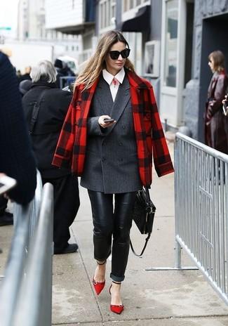 Wie kombinieren: rote und schwarze Jacke mit Schottenmuster, dunkelgraues Zweireiher-Sakko, weißes Businesshemd, schwarze Leder enge Jeans