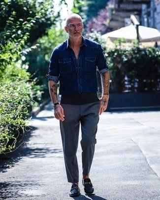 Schwarze Lederuhr kombinieren – 1200+ Herren Outfits: Für ein bequemes Couch-Outfit, tragen Sie ein dunkelblaues Jeanshemd und eine schwarze Lederuhr. Fühlen Sie sich ideenreich? Vervollständigen Sie Ihr Outfit mit dunkelblauen Leder Slippern.