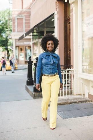 Wie kombinieren: blaues Jeanshemd, gelbe Anzughose, rotbraune Keilsandaletten aus Leder, beige Wildledergürtel mit Leopardenmuster