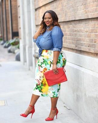 Wie kombinieren: blaues Jeanshemd, mehrfarbiger Bleistiftrock mit Blumenmuster, rote Leder Sandaletten, rote Leder Clutch