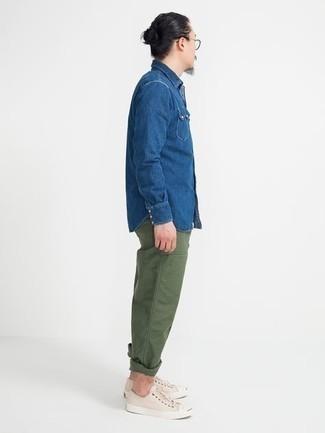 Turnschuhe kombinieren – 500+ Herren Outfits: Kombinieren Sie ein blaues Jeanshemd mit einer olivgrünen Chinohose für ein Alltagsoutfit, das Charakter und Persönlichkeit ausstrahlt. Suchen Sie nach leichtem Schuhwerk? Entscheiden Sie sich für Turnschuhe für den Tag.