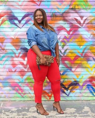 Wie kombinieren: blaues Jeanshemd, rote enge Jeans, beige Leder Sandaletten mit Leopardenmuster, beige Wildleder Clutch mit Leopardenmuster
