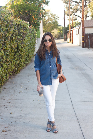 Wie kombinieren: blaues Jeanshemd, weiße enge Jeans, hellblaue Leder Sandaletten, braune Shopper Tasche aus Leder