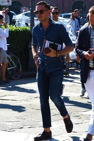 Blaues Jeanshemd kombinieren: trends 2020: Kombinieren Sie ein blaues Jeanshemd mit dunkelblauen Jeans, um einen lockeren, aber dennoch stylischen Look zu erhalten. Fühlen Sie sich mutig? Ergänzen Sie Ihr Outfit mit dunkelbraunen Doppelmonks aus Leder.