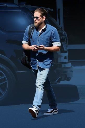 Jeanshemd blaues jeans hellblaue niedrige sneakers schwarze und weisse large 26287