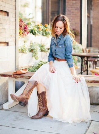 Wie kombinieren: blaues Jeanshemd, weißer Tüll Maxirock, braune Cowboystiefel aus Leder, brauner Ledergürtel