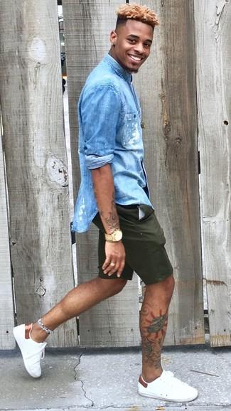 Wie kombinieren: blaues Jeanshemd, dunkelgrüne Shorts, weiße Leder niedrige Sneakers, goldene Uhr