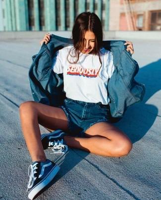 Wie kombinieren: blaues Jeanshemd, weißes bedrucktes T-Shirt mit einem Rundhalsausschnitt, blaue Jeansshorts, dunkelblaue Segeltuch niedrige Sneakers