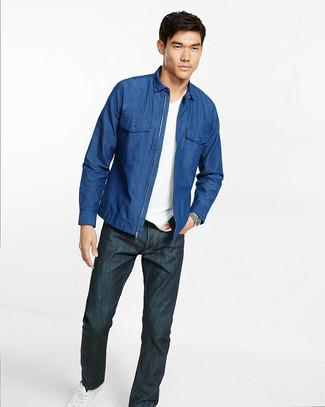 pretty nice a15cc a81a3 blaues Jeanshemd, weißes T-Shirt mit einem V-Ausschnitt ...