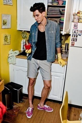 Lila Segeltuch niedrige Sneakers kombinieren – 9 Herren Outfits: Kombinieren Sie ein blaues Jeanshemd mit grauen Shorts für ein großartiges Wochenend-Outfit. Dieses Outfit passt hervorragend zusammen mit lila Segeltuch niedrigen Sneakers.