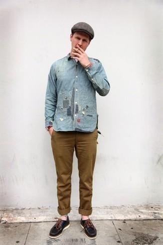 Bootsschuhe kombinieren – 590+ Herren Outfits: Tragen Sie ein hellblaues Jeanshemd und eine braune Chinohose, um mühelos alles zu meistern, was auch immer der Tag bringen mag. Bootsschuhe sind eine ideale Wahl, um dieses Outfit zu vervollständigen.