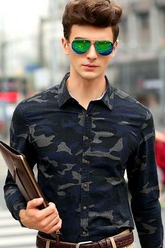 Wie kombinieren: dunkelblaues Camouflage Jeanshemd, beige Chinohose, dunkelbraune Leder Clutch Handtasche, dunkelbrauner Ledergürtel