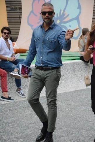 Blaues Jeanshemd kombinieren: trends 2020: Kombinieren Sie ein blaues Jeanshemd mit einer olivgrünen Chinohose für einen bequemen Alltags-Look. Fühlen Sie sich mutig? Komplettieren Sie Ihr Outfit mit schwarzen Leder Derby Schuhen.