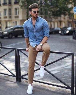 Wie kombinieren: blaues Jeanshemd, beige Chinohose, weiße Leder niedrige Sneakers, schwarze Sonnenbrille