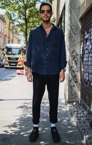 Dunkelblaues Jeanshemd kombinieren: trends 2020: Kombinieren Sie ein dunkelblaues Jeanshemd mit einer schwarzen Chinohose für einen bequemen Alltags-Look. Vervollständigen Sie Ihr Look mit schwarzen Segeltuch niedrigen Sneakers.