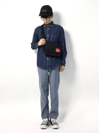 Teenager: Transparente Sonnenbrille kombinieren – 155 Herren Outfits: Für ein bequemes Couch-Outfit, kombinieren Sie ein dunkelblaues Jeanshemd mit einer transparenten Sonnenbrille. Putzen Sie Ihr Outfit mit schwarzen und weißen Segeltuch niedrigen Sneakers.