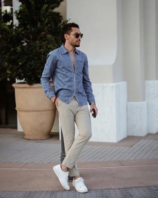 Jeanshemd kombinieren – 500+ Herren Outfits: Erwägen Sie das Tragen von einem Jeanshemd und einer hellbeige Chinohose, um mühelos alles zu meistern, was auch immer der Tag bringen mag. Weiße Leder niedrige Sneakers sind eine kluge Wahl, um dieses Outfit zu vervollständigen.