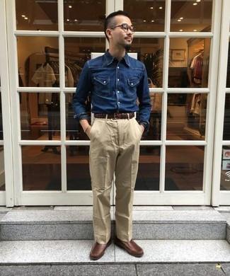 Herren Outfits & Modetrends 2020: Tragen Sie ein dunkelblaues Jeanshemd und eine hellbeige Chinohose für ein sonntägliches Mittagessen mit Freunden. Schalten Sie Ihren Kleidungsbestienmodus an und machen braunen Leder Slipper zu Ihrer Schuhwerkwahl.