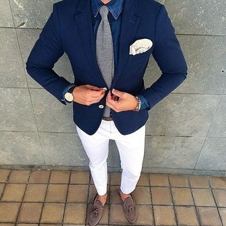 Wie kombinieren: blaues Jeanshemd, weiße Chinohose, braune Wildleder Slipper mit Quasten, graue Strick Krawatte