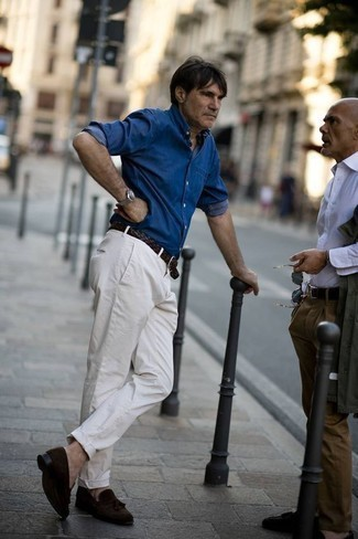 Herren Outfits & Modetrends 2020: Kombinieren Sie ein blaues Jeanshemd mit einer weißen Chinohose für ein sonntägliches Mittagessen mit Freunden. Schalten Sie Ihren Kleidungsbestienmodus an und machen dunkelbraunen Wildleder Slipper mit Quasten zu Ihrer Schuhwerkwahl.
