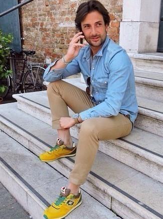 30 Jährige: Outfits Herren 2020: Kombinieren Sie ein hellblaues Jeanshemd mit einer beige Chinohose für ein großartiges Wochenend-Outfit. Wählen Sie die legere Option mit senf Sportschuhen.