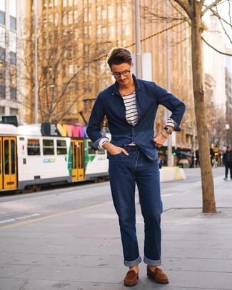Dunkelblaues Jeanshemd kombinieren: trends 2020: Vereinigen Sie ein dunkelblaues Jeanshemd mit dunkelblauen Jeans, um mühelos alles zu meistern, was auch immer der Tag bringen mag. Komplettieren Sie Ihr Outfit mit braunen Wildleder Slippern, um Ihr Modebewusstsein zu zeigen.