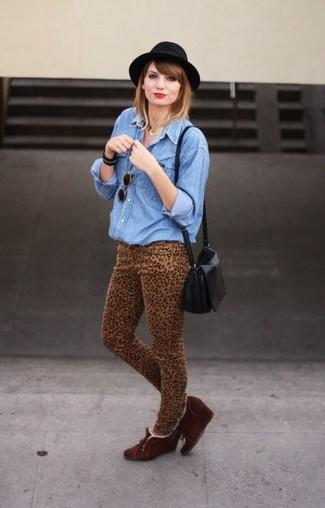 Wie kombinieren: blaues Jeanshemd, beige enge Jeans mit Leopardenmuster, dunkelbraune Keilstiefeletten aus Wildleder, schwarze Leder Umhängetasche