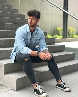Wie kombinieren: hellblaues Jeanshemd, schwarze enge Jeans mit Destroyed-Effekten, schwarze und weiße Segeltuch niedrige Sneakers, silberne Uhr