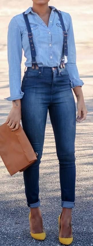 Hosenträger kombinieren: trends 2020: Um einen lässigen Look zu schaffen, wahlen Sie ein hellblaues Jeanshemd und einen Hosenträger. Ergänzen Sie Ihr Look mit gelben Wildleder Pumps.