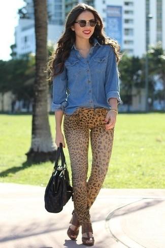 Wie kombinieren: blaues Jeanshemd, beige enge Jeans mit Leopardenmuster, braune Leder Sandaletten, schwarze Shopper Tasche aus Leder